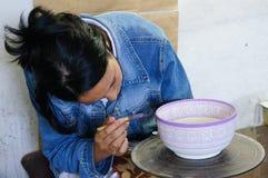 一位陶瓷艺术家在菲斯,摩洛哥绘在一个碗的一个设计。 免版税图库摄影
