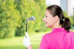 一位高尔夫球运动员的画象有俱乐部的和空间到左边 免版税库存图片