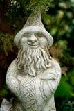 一位魔术师的庭院雕象有尖的帽子的 免版税库存照片