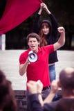 一位年轻暴乱领导的火热的讲话 库存图片