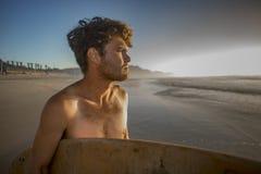 一位年轻冲浪者的画象海滩的 免版税图库摄影