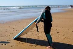 一位年轻冲浪者 库存图片