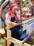 一位织布工 在编织的一个教训 库存照片