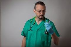 一位年轻医师的画象有试管的 免版税库存图片