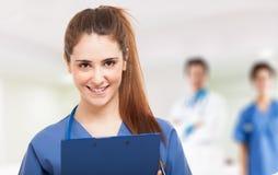年轻微笑的护士 库存图片