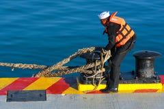 一位年轻水手解开绳索 免版税库存图片