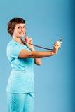 一位年轻医生的画象在演播室 免版税库存图片