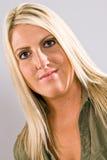 一位年轻白种人白肤金发的女性的特写镜头 免版税库存图片