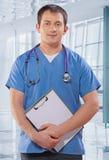 一位年轻英俊的医生 免版税库存图片