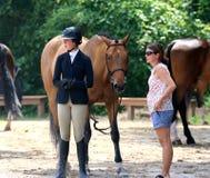 一位年轻骑师在Germantown, TN等候她的机会乘坐在Germantown慈善马展示 免版税库存图片