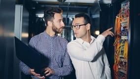 一位IT专家作指示另一个在服务器屋子 股票视频