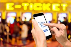 一使用预定的电影票的智能手机 库存照片