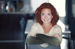一俏丽妇女微笑的特写镜头 免版税库存照片