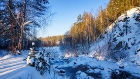 一冷淡的天在有小河和岩石的森林,俄罗斯,乌拉尔 库存图片