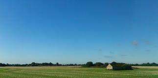 一几乎无云的天,奇切斯特,英国 免版税库存图片
