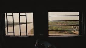 一列传统印度火车的栅格窗口在行动的 股票视频