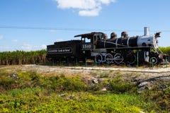 一列古板的活动火车的老生锈的蒸汽引擎 免版税库存照片