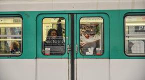 一列地铁火车在巴黎,法国 库存照片