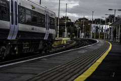 一列通过的火车在一寒冷相当天 库存图片