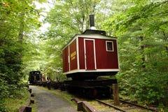 一列采伐的火车的装货起重机 库存照片