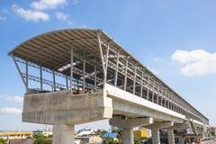 一列高的市郊火车的建筑 免版税库存照片