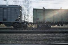 一列货车的摇摄在铁路的在日落 免版税库存图片