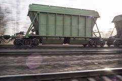 一列货车的摇摄在铁路的在日落 库存照片