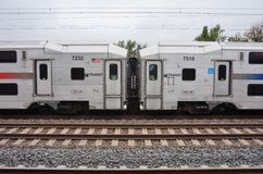 一列NJ Trasit市郊火车在新泽西 免版税图库摄影