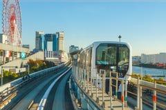 从一列Yurikamome火车的看法在Odaiba,东京,日本 免版税库存图片