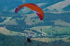 一前一后飞行在一个山谷在一个晴朗的夏日 免版税库存照片