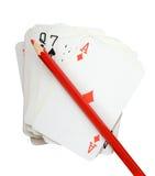 一副牌与红色铅笔,在白色(裁减路线)的孤立的 库存照片