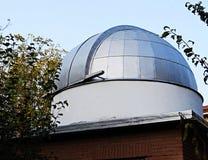 一副牛顿式反射望远镜的一个圆顶 库存图片