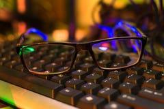 一副眼镜在键盘的 库存照片