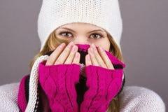 一副被编织的帽子、围巾和手套的女孩 免版税库存照片