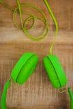 一副绿色耳机的看法 库存图片