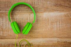 一副绿色耳机的看法 免版税库存照片