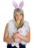一化装舞会所穿着的服装的新金发碧眼的女人用玩具兔子 库存图片