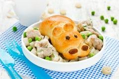以一匹河马的形式面包用被炖的肉、菜和pa 免版税库存图片
