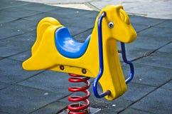 一匹玩具马在公园 免版税库存图片