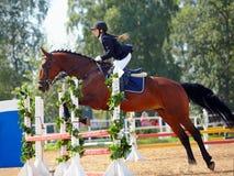 一匹红色马的女运动员。 免版税库存照片
