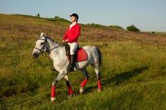 一匹红色马的女骑士 马术 赛跑俄国的高加索竞技场马北pyatigorsk 在马的车手 免版税库存照片
