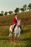 一匹红色马的女骑士 马术 赛跑俄国的高加索竞技场马北pyatigorsk 在马的车手 免版税图库摄影