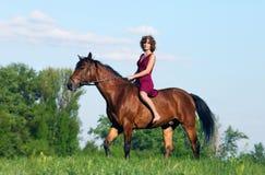 一匹美丽的少妇和马的时兴的画象 免版税库存照片