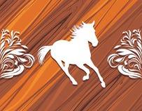 一匹赶紧的马的剪影在木backg的 库存照片