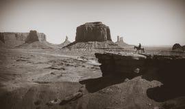 一匹马的牛仔在纪念碑谷的背景  免版税库存照片