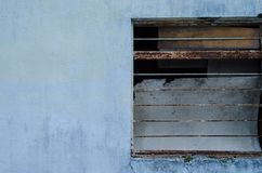 一半一个蓝色房子的窗口 边路 库存图片