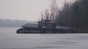 一半下沉的河驳船,在切尔诺贝利中,Pripyat,乌克兰 股票录像