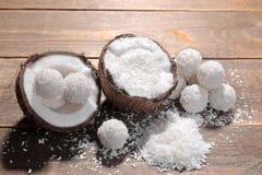一半与椰子芯片和甜点的椰子在棕色木背景 库存照片