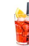 一半喷开胃酒aperol与橙色切片和在白色隔绝的冰块的鸡尾酒杯 免版税库存照片