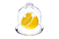 一半在一个玻璃烧瓶的一个柠檬 库存图片